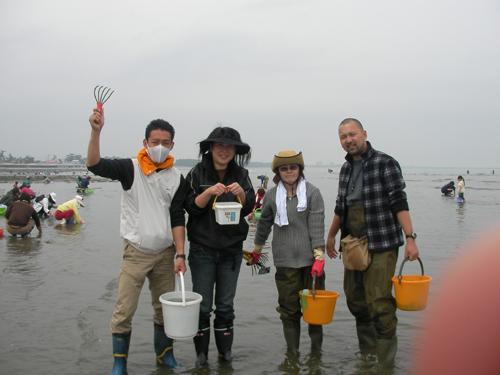 左から、かっちゃん、バカエミ、M子、隊長 (カメラマンは偶然会った学校の先生)